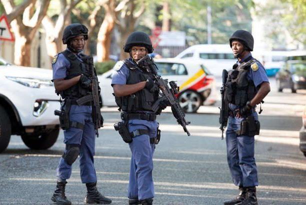 Nam Phi: Canh sat tim thay 11 qua bom xang tai bai do taxi hinh anh 1