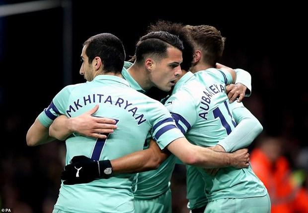 Thang may Watford, Arsenal tro lai top 4 Premier League hinh anh 1