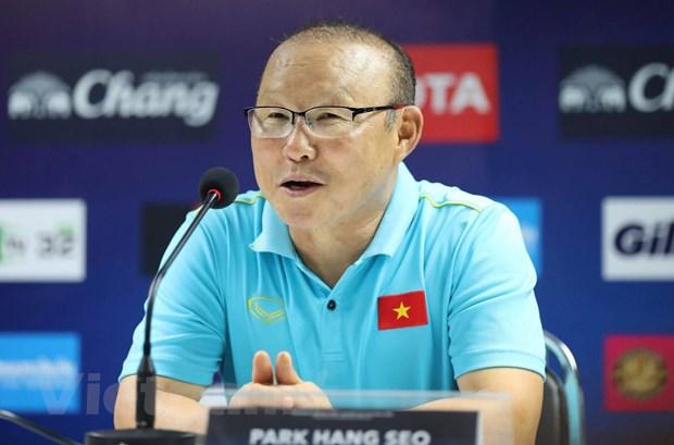 Huan luyen vien Park Hang-seo xin loi sau khi nhan the vang hinh anh 1