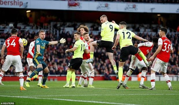 Arsenal (áo đỏ) cũng phải chia điểm trên sân nhà.