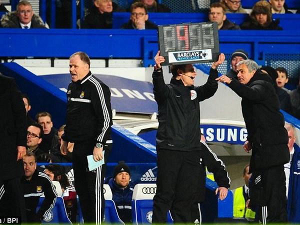 Tin van 30/1: Man City tra gia dat, Mourinho lai