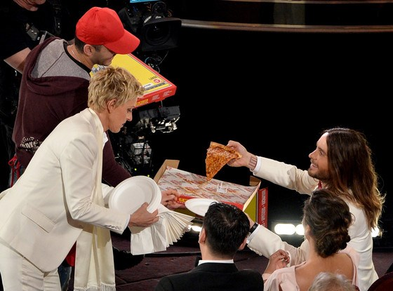 MC le trao giai Oscar phat banh pizza cho cac sao hinh anh 1