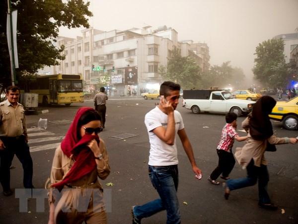 [Photo] Bao bui quet qua Iran, hon 30 nguoi thuong vong hinh anh 3