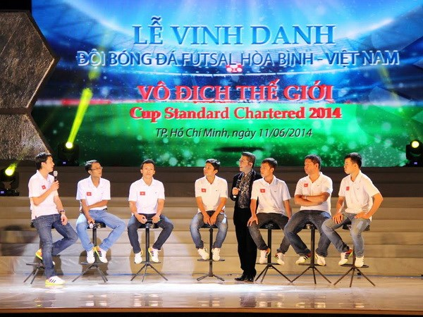 Doi Hoa Binh vo dich the gioi cup Standard Chartered 2014 hinh anh 1