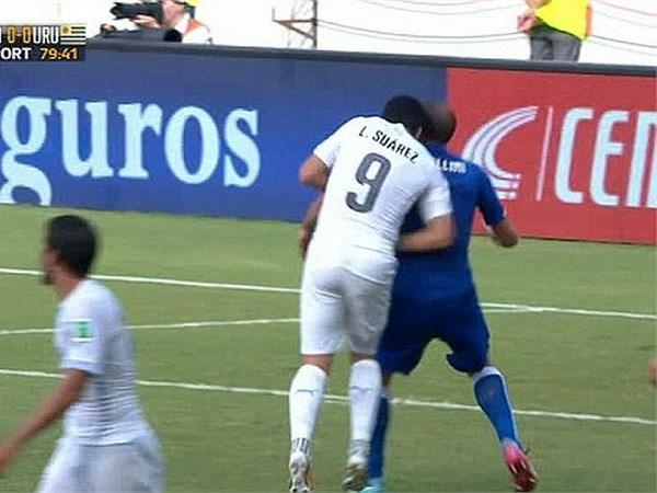 Luis Suarez doi mat an phat ky luc vi can trom Chiellini hinh anh 1