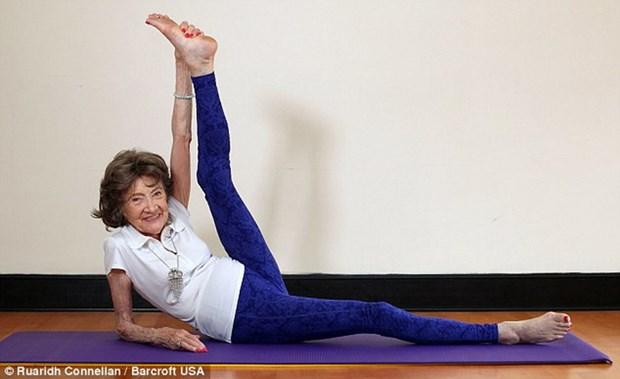 Ba lao gan 100 tuoi van lam giao vien Yoga, tap tu the cuc kho hinh anh 3