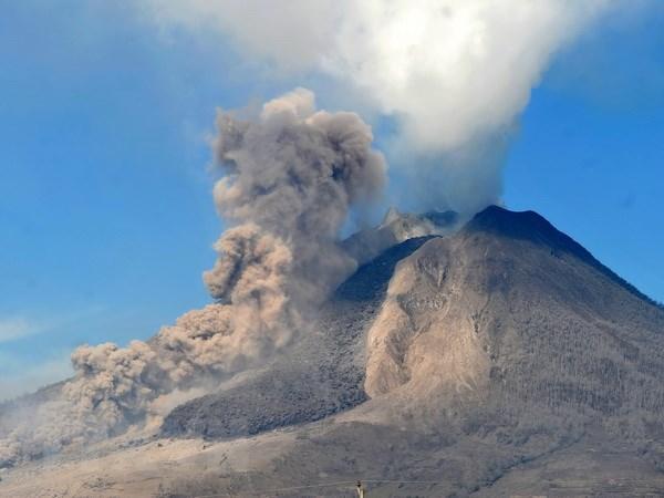 Nui lua Sinabung cao 2.457m tai Indonesia lai bat dau phun trao hinh anh 1