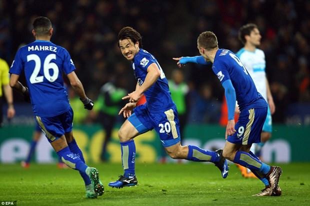 Okazaki lap sieu pham, Leicester City tien sat ngoi vuong hinh anh 1