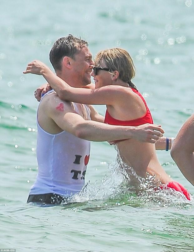 Cap doi Taylor Swift va Tom Hiddleston tinh tu khi tam bien hinh anh 1