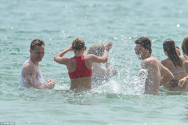 Cap doi Taylor Swift va Tom Hiddleston tinh tu khi tam bien hinh anh 7