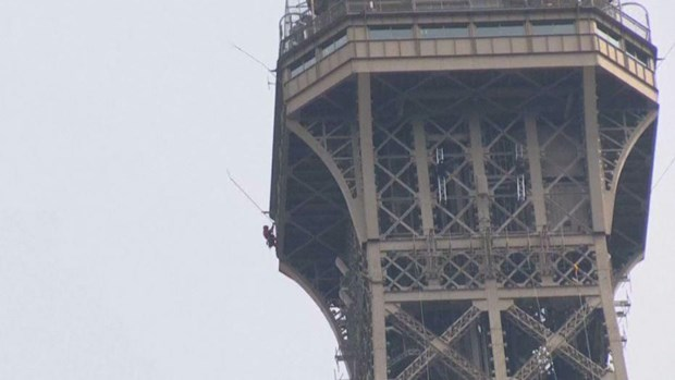 Phap: Thap Eiffel dong cua do mot doi tuong tim cach treo len hinh anh 1