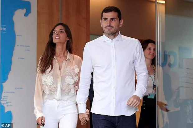 Vua duoc xuat vien, thu thanh Iker Casillas lai nhan tin du tu vo hinh anh 1