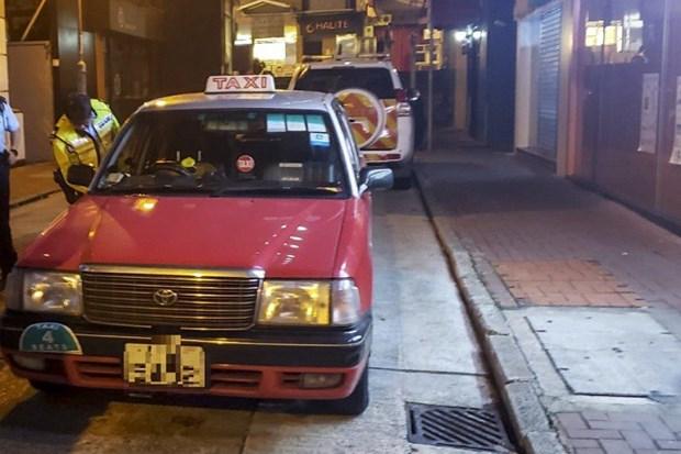 Canh sat ngam bat giu tai xe taxi Hong Kong vi tinh phi cat co hinh anh 1