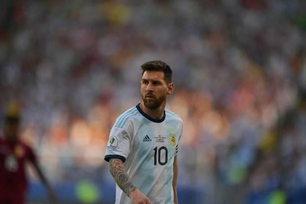Messi tuc gian khong len nhan huy chuong cung tuyen Argentina hinh anh 1
