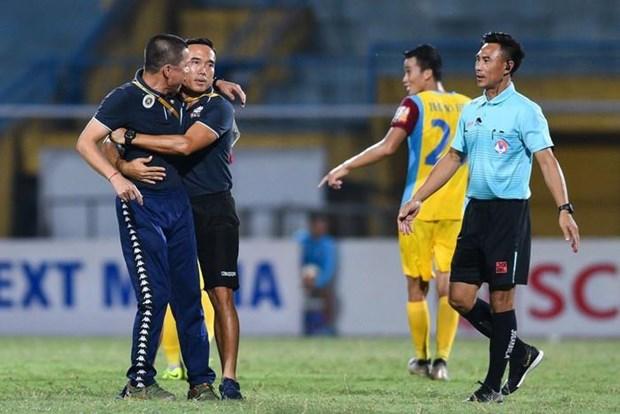 HLV Chu Dinh Nghiem bi cam chi dao tran Ha Noi FC-HAGL hinh anh 1