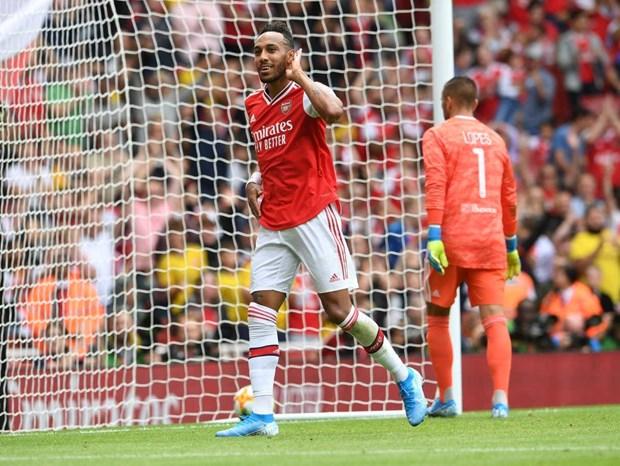Arsenal ngam ngui nhin Lyon nang cup ngay tren san nha hinh anh 1