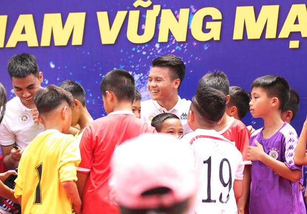 Quang Hai, Van Quyet 'thap lua uoc mo' cho tre em Ha Noi hinh anh 1