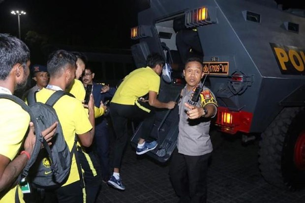 Cau thu Malaysia phai roi 'chao lua' Bung Karno bang xe boc thep hinh anh 1
