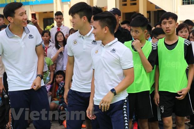 Doan Van Hau va dan sao Ha Noi FC so tai cung cac hoc sinh hinh anh 2