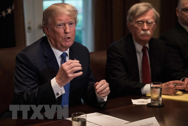 Tổng thống Mỹ Donald Trump (trái) lần đầu tiên tiếng về việc sa thải ông John Bolton. Ảnh: AFP/TTXVN