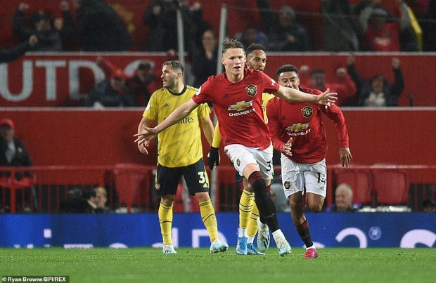 Chia diem voi Arsenal, Manchester United roi xuong vi tri thu 10 hinh anh 2