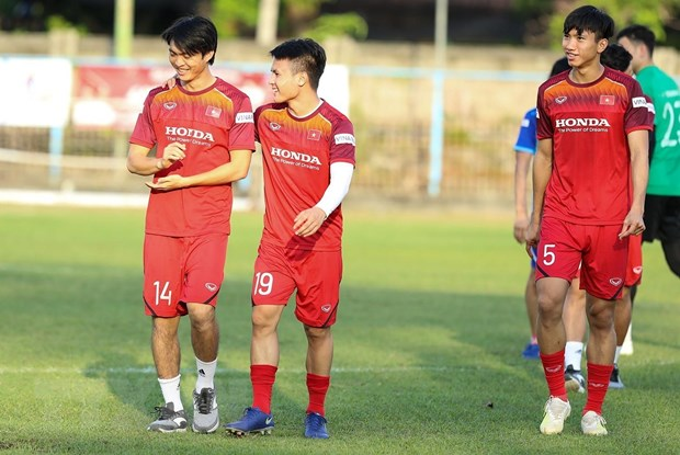 Tuan Anh cung Que Ngoc Hai mang tin mung den cho HLV Park Hang-seo hinh anh 1
