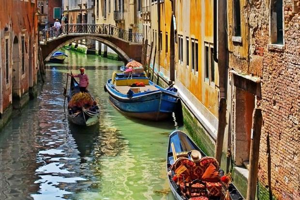 Nguoi cheo thuyen gondola o Venice chung tay lam sach long kenh hinh anh 1