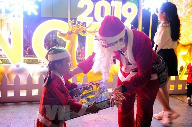 Ruc ro sac mau mua Giang sinh 2019 o Thanh pho Ho Chi Minh hinh anh 1