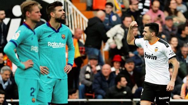 Thua Valencia, Barcelona co nguy co mat ngoi dau vao tay Real Madrid hinh anh 1