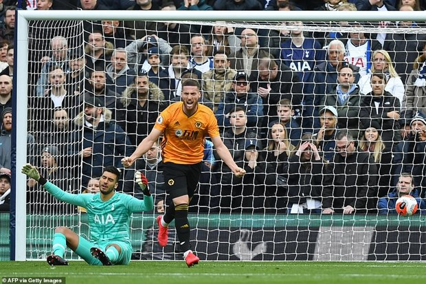 Premier League: VAR 'cuu' Manchester United, Tottenham thua nguoc hinh anh 2