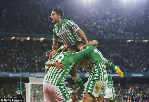 Thua soc Betis, Real Madrid 'dang' ngoi dau cho Barcelona hinh anh 1