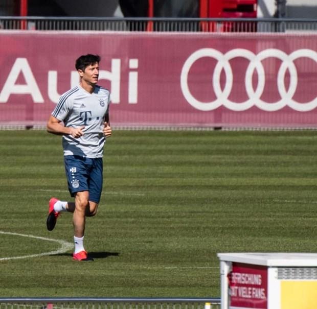 Cau thu Bayern Munich 'gian cach xa hoi' khi tro lai tap luyen hinh anh 1