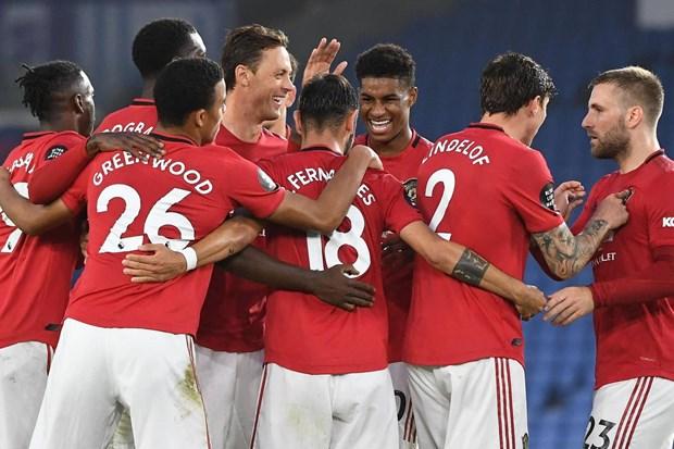 Bruno Fernandes lap cu dup, Manchester United ap sat top 4 hinh anh 1
