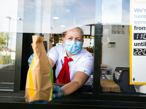 McDonald's ngung viec mo lai dich vu an uong tai nha hang hinh anh 1