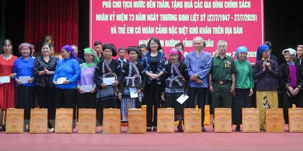 Pho Chu tich nuoc tang qua cac gia dinh chinh sach tai Lai Chau hinh anh 1