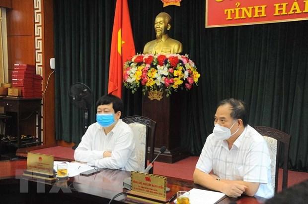 Bí thư Tỉnh ủy Hải Dương Nguyễn Mạnh Hiển (ngoài cùng, bên phải) và Chủ tịch Ủy ban Nhân dân tỉnh Hải Dương Nguyễn Dương Thái chủ trì cuộc họp. (Ảnh: Mạnh Minh/TTXVN)