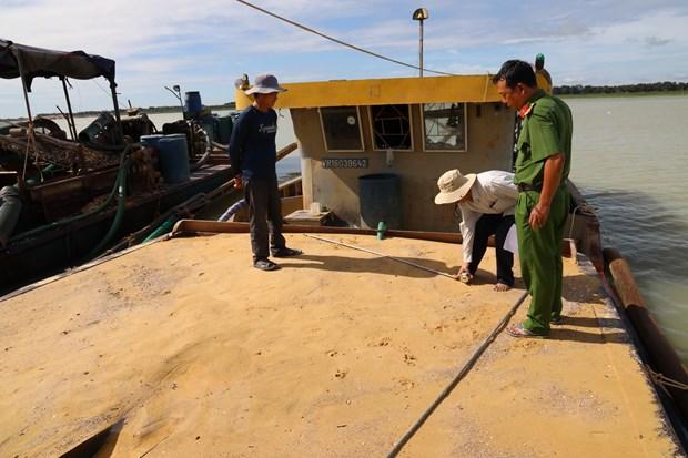 Tay Ninh: Tam giu bon tau hut cat trai phep trong ho Dau Tieng hinh anh 1