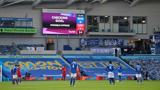 Premier League: Liverpool mat diem vi VAR, Man City thang tung bung hinh anh 1