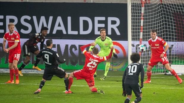 Bundesliga: Dortmund tham bai, Bayern co nguy co mat ngoi dau hinh anh 2