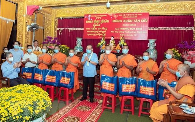 Pho Thu tuong Thuong truc tang qua Tet cho dong bao Khmer tai TP.HCM hinh anh 1