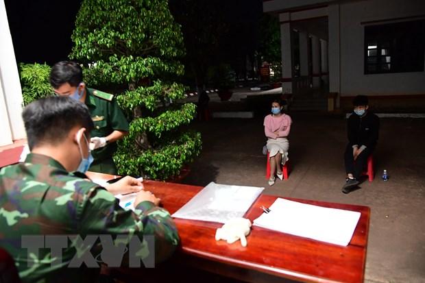 Binh Phuoc: 5 doi tuong nhap canh trai phep am tinh voi SARS-CoV-2 hinh anh 1