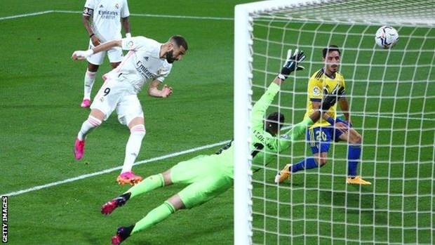 Benzema toa sang, Real Madrid tam tro lai ngoi dau La Liga hinh anh 1