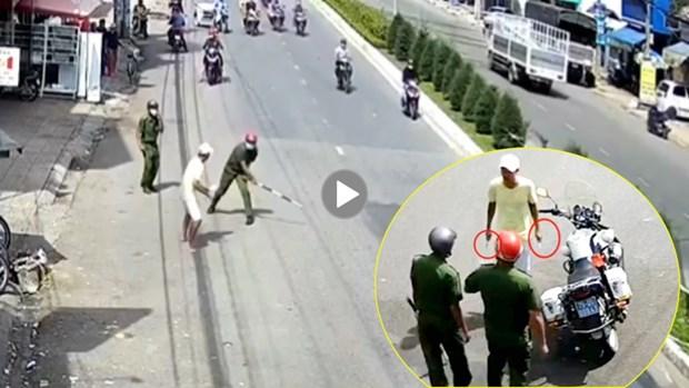 [Video] Doi tuong dung vu khi hung hang chong doi cong an hinh anh 1