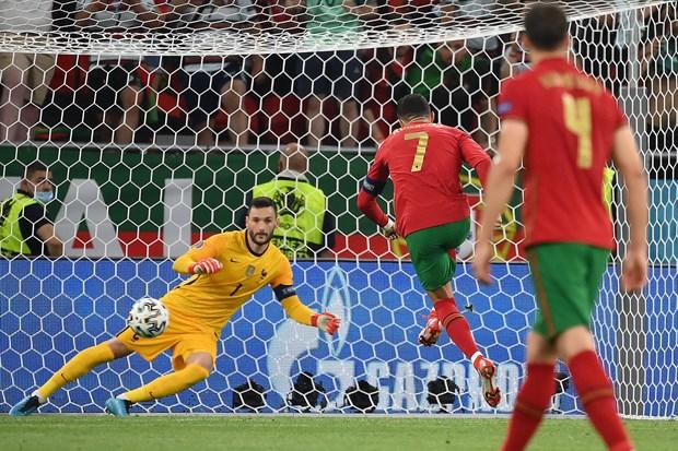 Ronaldo lap cu dup, Bo Dao Nha thang tien vong 1/8 EURO 2020 hinh anh 1