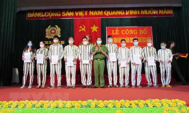 Lãnh đạo Trại giam Gia Trung trao Quyết định đặc xá của Chủ tịch nước. (Ảnh: Hoài Nam/TTXVN)