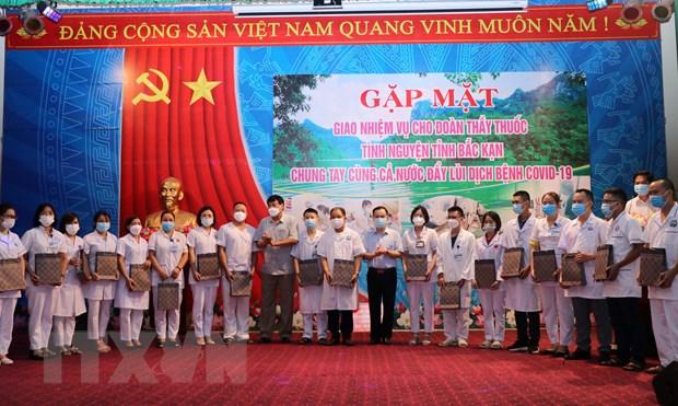 Bac Kan chi vien 20 can bo y te cho tinh Binh Duong chong dich hinh anh 1