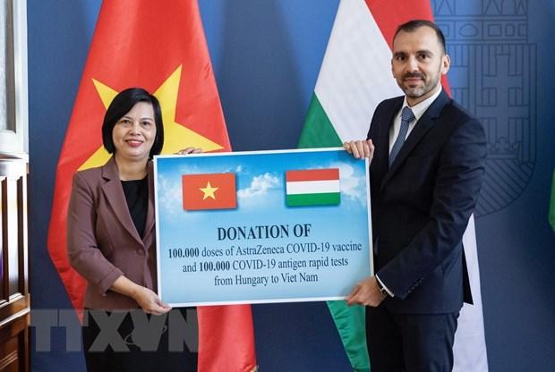 Hungary trao tang Viet Nam vaccine va vat tu y te chong COVID-19 hinh anh 1