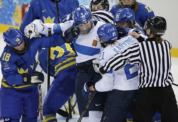 Van dong vien hockey nu hon chien tai Olympic Sochi hinh anh 1