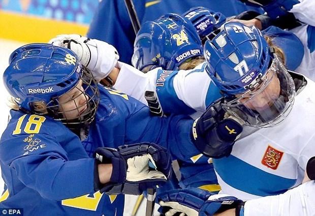 Van dong vien hockey nu hon chien tai Olympic Sochi hinh anh 2
