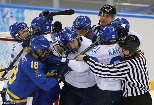 Van dong vien hockey nu hon chien tai Olympic Sochi hinh anh 3